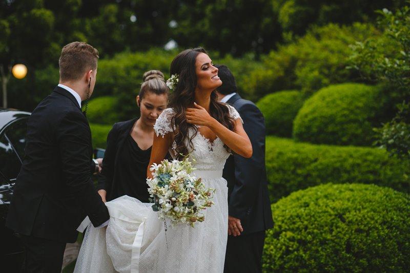 casamento-rustico-chique-noiva-chegando-paula-e-igor-foto-meliess-fotografia