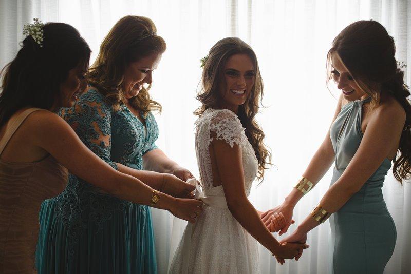 casamento-rustico-chique-noiva-se-arrumando-paula-e-igor-foto-meliess-fotografia
