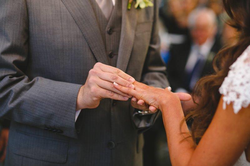 casamento-rustico-chique-troca-das-aliancas-paula-e-igor-foto-meliess-fotografia
